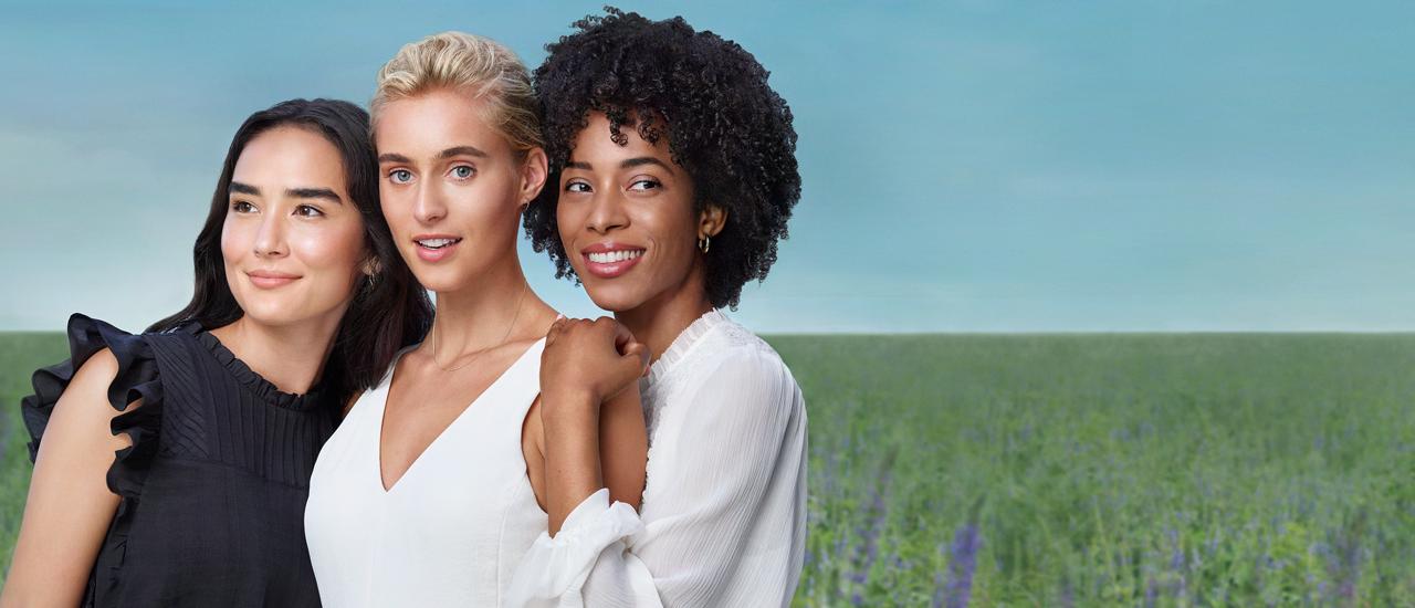 Mujer usando maquillaje Artistry. Muéstrale al mundo lo mejor de ti con una piel radiante con productos para el cuidado de la piel y maquillaje Artistry.